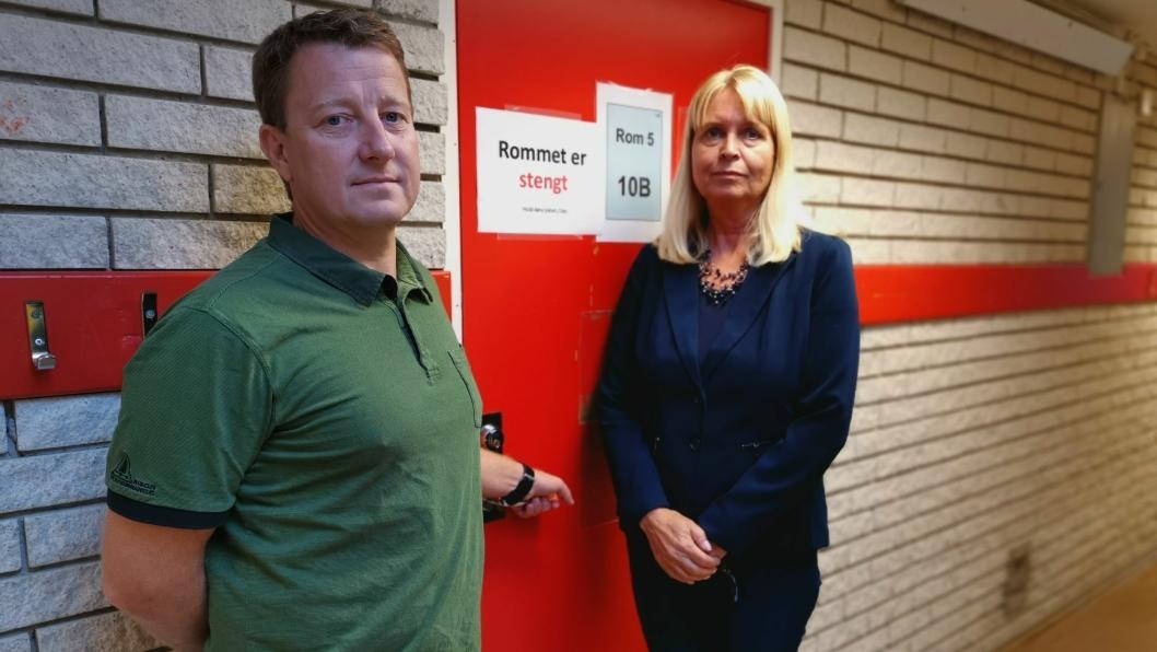 STENGT: Hogne Handeland Haug, leder for drift og vedlikehold i eiendomsavdelingen og rektor Grete Skaug har sett seg nødt til å stenge av to klasserom, i tillegg til forelesningsrommet og skolekjøkkenet, på grunn av sprekker i gulvbelegget.