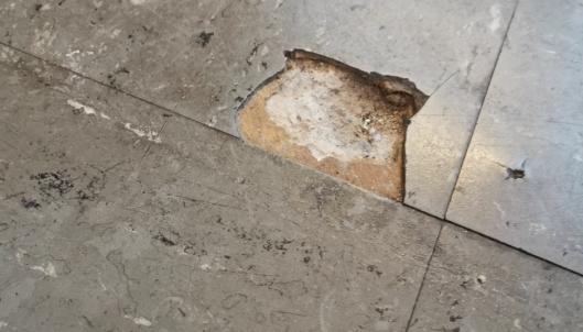 HULL: Dette hullet i gulvet er å finne på personalrommet, hvor en del fortsatt har gamle gulv fra byggeåret.