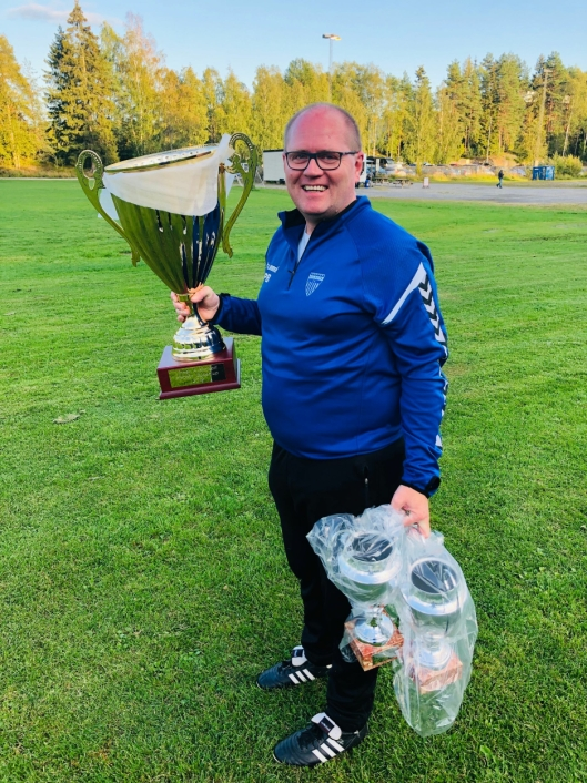 POKAL-SJEF: Petter Basteson lover en rå cup-opplevelse og tidenes største pokal i en norsk breddecup.