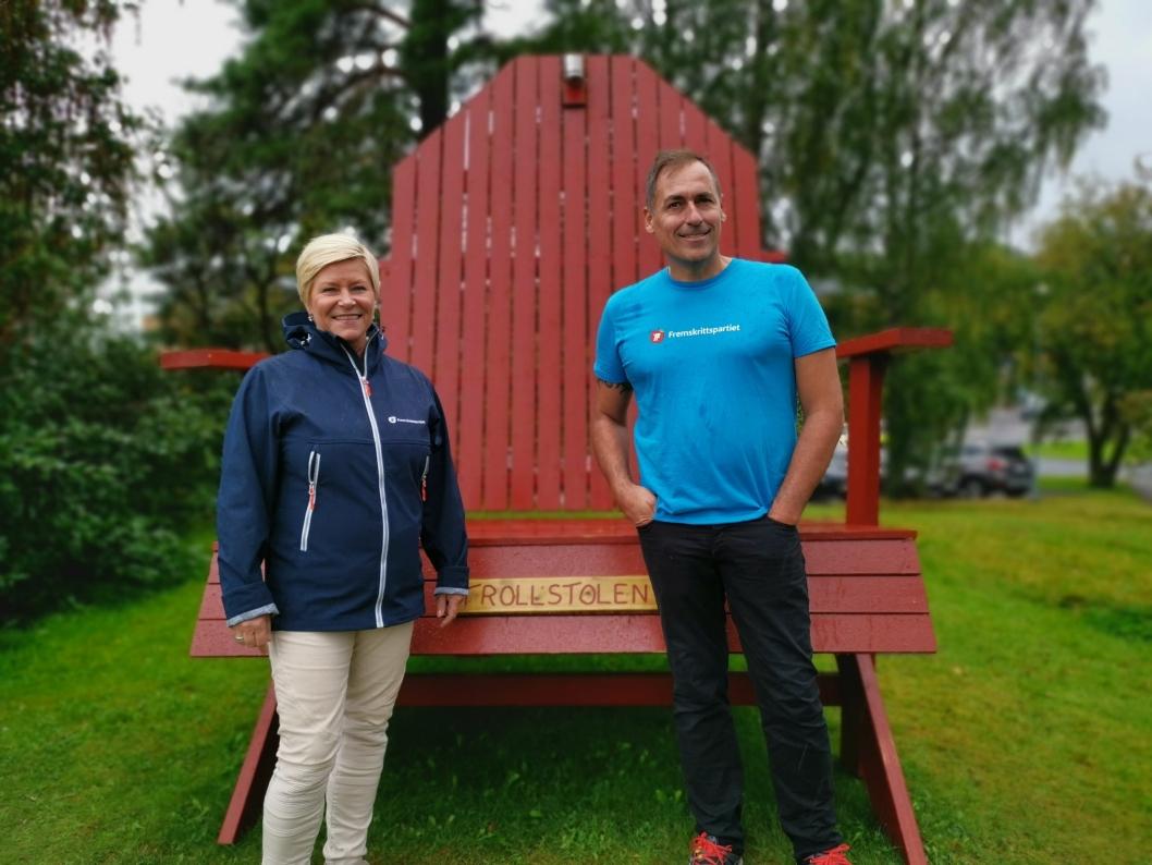 VED STOLEN: Siv Jensen fikk også se Trollstolen til Per Ulv Haukeland. Branntårn-byggeren bygde stolen og satte den i Rådhusparken midt i valgkampen.