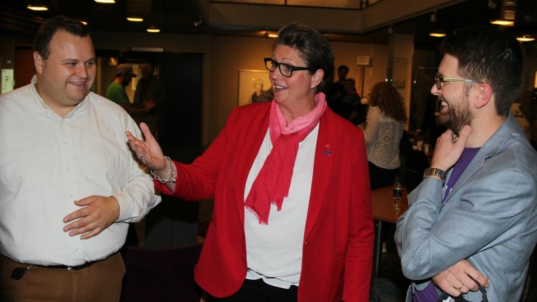 GOD TONE: Ordførerkandidatene Thomas Sjøvold (t.v.), Hanne Opdan og Hans Martin Enger hadde mye å snakke om på valgvaken i Oppegård rådhus.