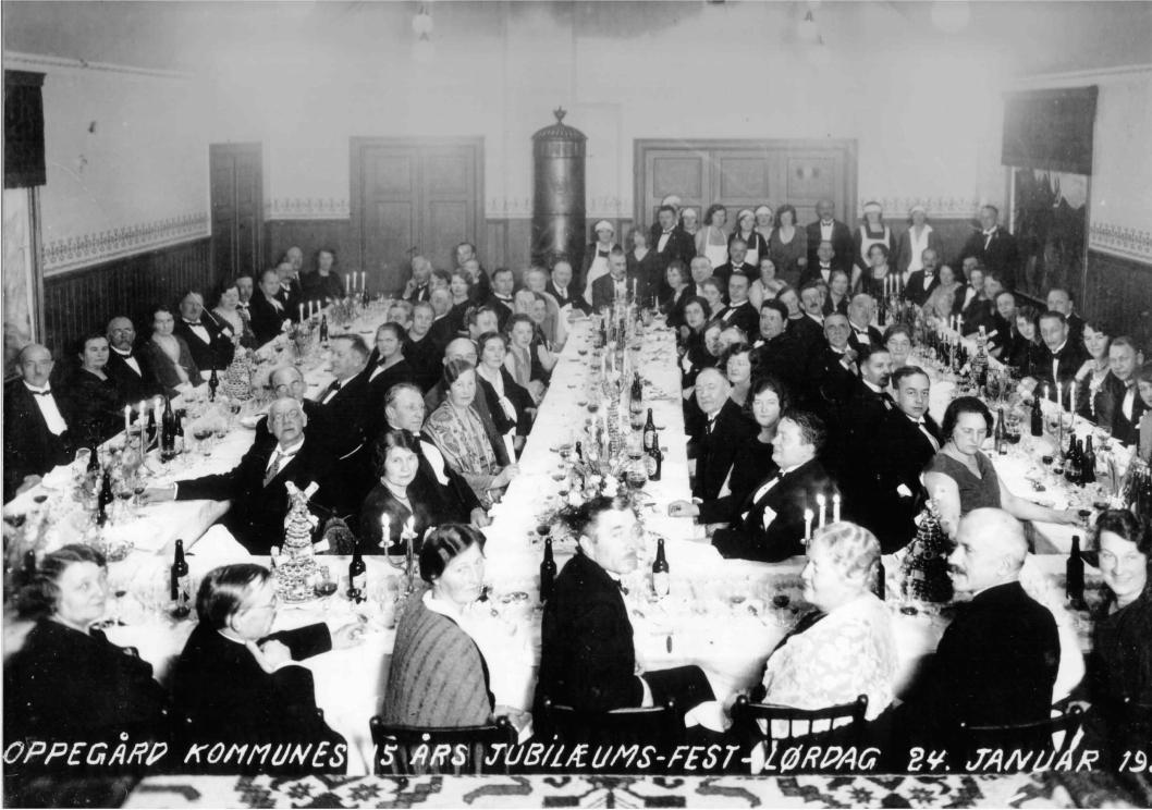1930: Bildet er fra Oppegård kommunes 15 års jubileumsfest lørdag 24. januar 1930. Grendehuset var på denne tiden Oppegårds største og flotteste lokale.
