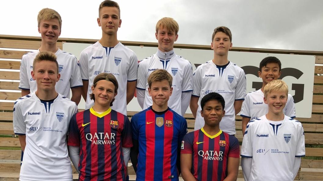 VIVA BARCELONA: Flere av fotballgutta har allerede iført seg Barcelona-drakta. Nå håper de Champions League-premie skal bidra til å finansiere turen.