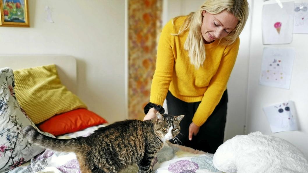 HJERTELIG GJENSYN: Sofi Arenö møtte igjen Lucia (15) etter at katten forsvant fra hjemmet i svenske Årjäng i mars.