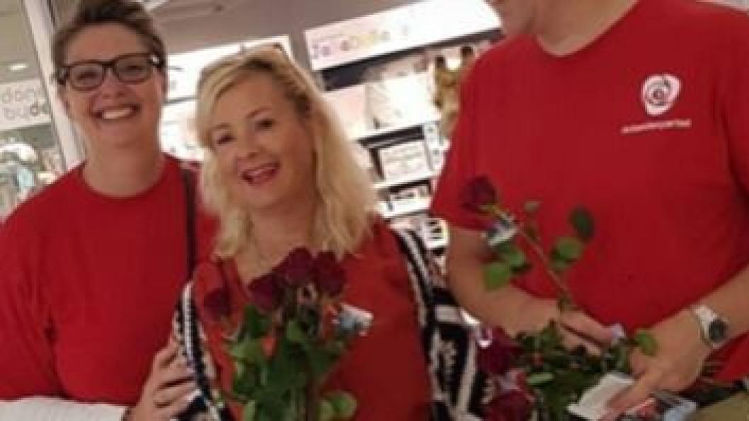 """ØNSKET ORDFØRERSKIFTE: """"Vi hadde hatt valg, stått på stands og smilt til folk og delt ut roser og kaffe. Jeg sto på liste for Ap fordi jeg ønsket ordførerskifte i Høyrestyrte Oppegård. Alle rosene jeg delte ut var til dere som ville ha noe nytt og som trodde på meg. Like etter kom sjokkbeskjeden på messenger"""", skriver Tine C. Holm i sitt leserinnlegg. Her er hun avbildet med Hanne Opdan på Kolbotn torg."""