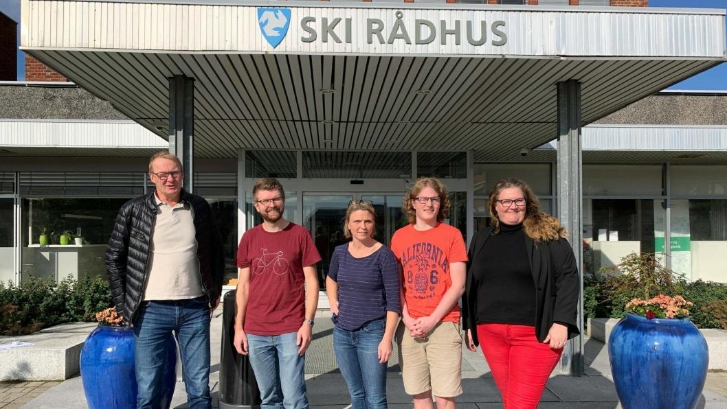 SENDTE OVER: En bred politisk konstellasjon sendte søndag over et forslag samarbeidsavtale med Arbeiderpartiet. Fra venstre: Tor Anders Østby (Sp), Hans Martin Enger  (MDG), Camlla Hille (V), Simen Bondevik (KrF) og Elin Skifjell (SV)