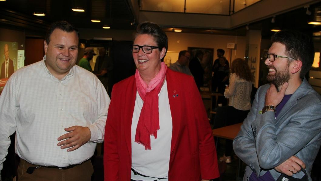 NY VENDING: Thomas Sjøvold (t.v.), Hanne Opdan og Hans Martin Enger i samtaler på valgvaken i Oppegård rådhus. Mandag kveld tok sagaen om hvem som får makt i Nordre Follo en ny vending.