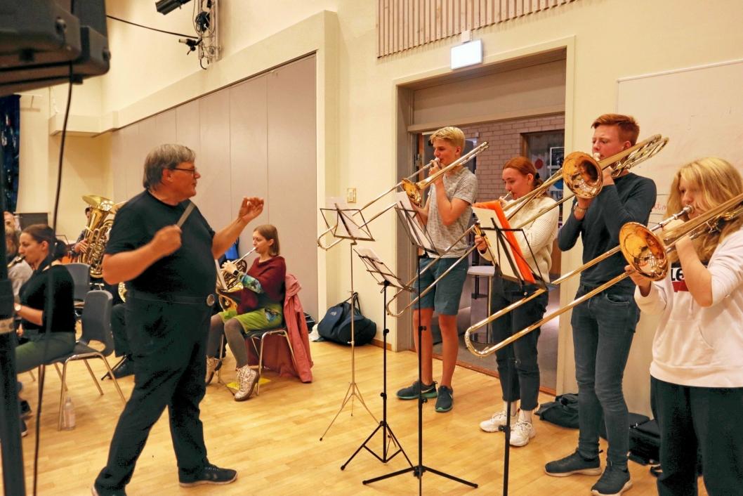 FULL KONSENTRASJON: Her dirigerer Bjørn Morten Kjærnes en konsentrert trombonegruppe.