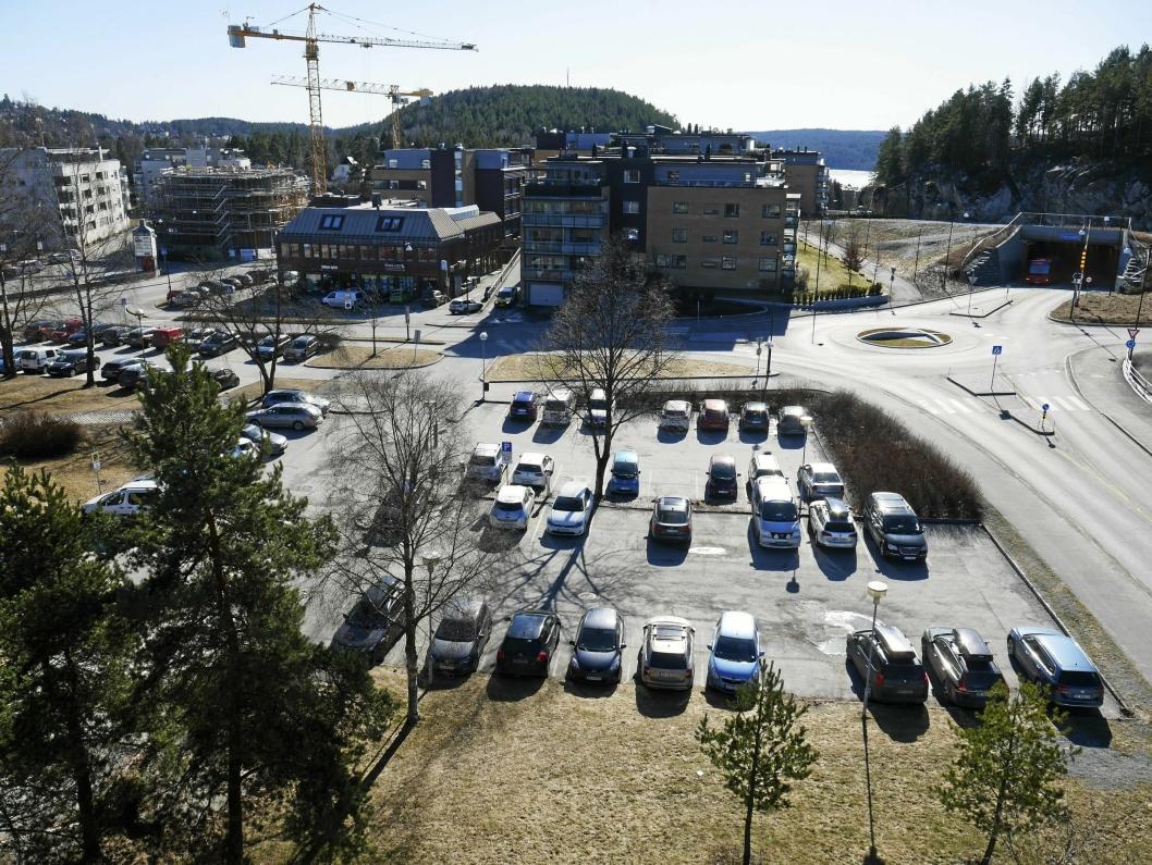 SKAL SELGES OM ETT ÅR: Felt BT 2, det vil si den veslige delen av parkeringsplassen syd for rådhuset, skal klargjøres for salg og lyses ut på det åpne markedet.