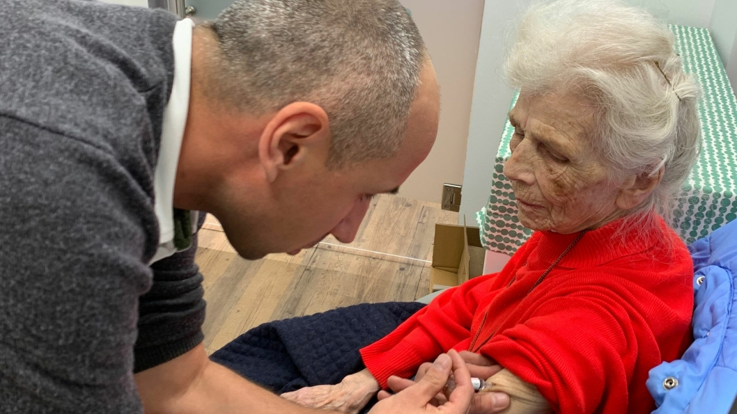 VAKSINERTE SEG PÅ APOTEKET: Apoteker ved Vitusapotek Sofiemyr, Marcin Szmigiero, setter inn influensavaksine til Randi Andresen (89). – Det gikk smertefritt og jeg fikk ingen reaksjoner etter vaksineringen, sier 89-åringen fra Sofiemyr.