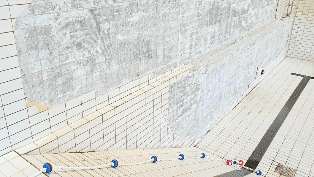 YTTERLIGERE SKADER: Hele bunnen på bassenget må repareres i tillegg til skadene på veggene. Skadene på bununen ble avdekket da bassenget ble tappet ned.