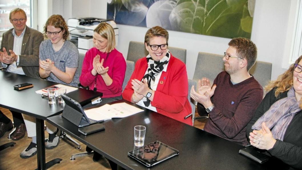 NYTT FLERTALL: Flertallskonstellasjonen signerte samarbeidsavtalen i formannskapssalen på Ski rådhus fredag forrige uke. Tor Anders Østby (Sp), Simen Bondevik (KrF), Camilla Hille (V), Hanne Opdan (Ap), Hans Martin Enger (MDG) og Elin Skifjell (SV).