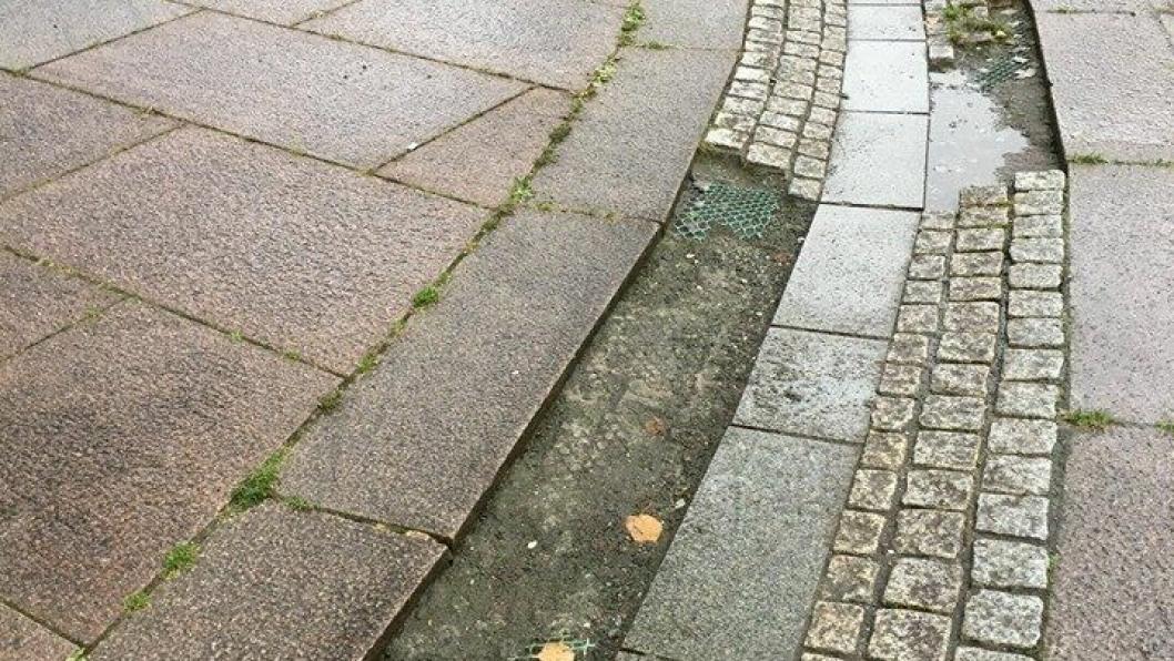 BEHOV FOR REPARASJON: Det er fjernet mange brosteiner i vannrennen på Jan Baalsruds plass på Kolbotn.