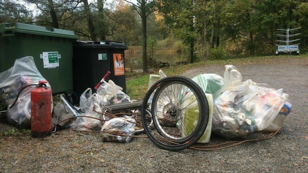FANT MYE SØPPEL: Det dumpes bildekk, sykkelhjul, tomme malingspann, armeringsjern, plaststripser, gummimatter, vannslanger, brannslukningsapparat, sparkesykkel og mye annet.
