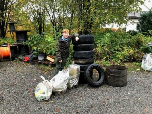 HJALP TIL: Markus Mæland syntes det var godt å bidra med søppelryddingen i lokalmiljøet 12. oktober.