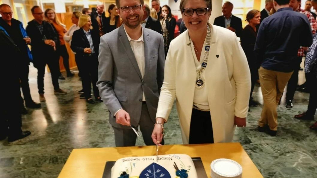 KAKEFEST: Etter kommunestyret var det marsipankake med det nye kommunevåpenet. Ordfører Hanne Opdan og varaordfører Hans Martin Enger tok de første stykkene.