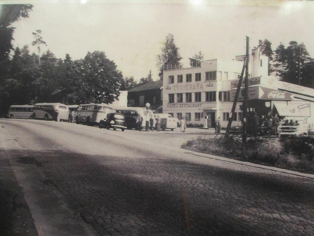FOR 66 ÅR SIDEN: Dagens bygning i funkisstil ble åpnet i 1933. Eiendommen hadde den første bensinpumpen langs Riksvei 1 (Esso) og Norges første døgnåpne kafé. Bildet viser Tyrigrava i 1953. Slik så bygningen også ut i 1933 da den ble åpnet.