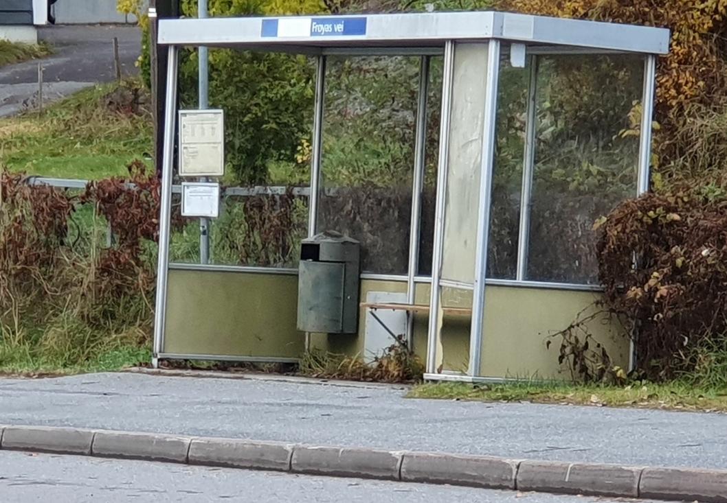 STÅR PÅ HALV TOLV: Flere bussholdeplasser i Sønsterudveien er i dårlig stand. I november skal de oppgraderes og får nye leskur på begge sider av veien ved stoppene Nordberg, Frøyas vei og Sofiemyr senter.
