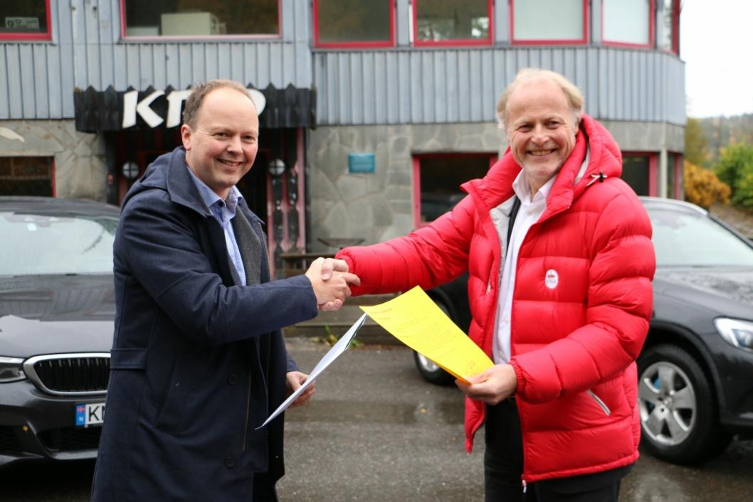 FIKK 1 MILLION I STØTTE: Styremedlem i Kulturminnefondet, Kjetil Reinskou, overrekker tildelingsbrev til generalsekretær i KNA og styreleder i Tyrigrava AS, Børre Skiaker.