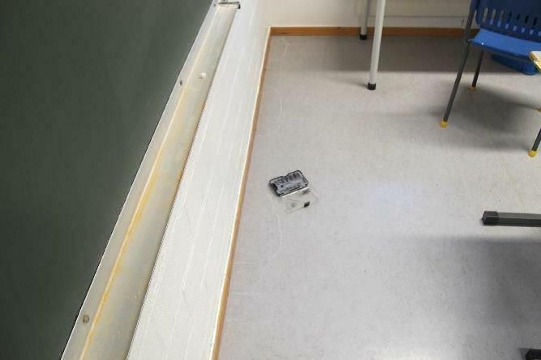 FUKT: Det ble funnet fuktutslag flere steder på gulvet på et grupperom på Østli skole. Kilde: Inspeksjonsrapport fra 11. okrober 2019, Mycoteam AS
