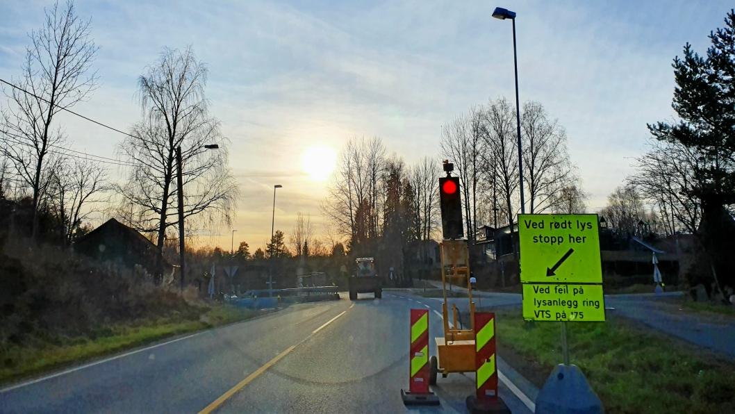 LYSREGULERING: Frem til fredag 6. desember vil trafikken gå i ett kjørefelt forbi arbeidsområdet i Tverrveien, syd for innkjøringen til Rognebærlia