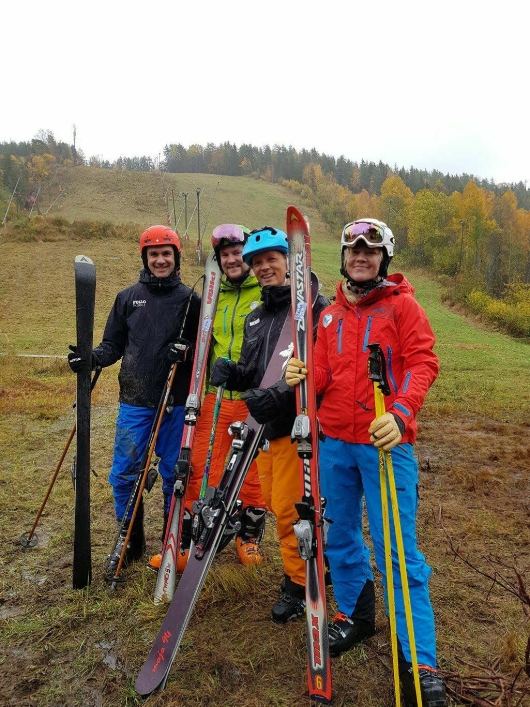 ALPINT PÅ GRESS: Midt i regnværet, med slalåmstøvler fastspent på skiene, kjørte de fire skiinstruktørene nedover de bratte bakkene på Ingierkollen Slalåmsenter – på gress! Sjekk den utrolige videoen fra søndag 20. oktober.
