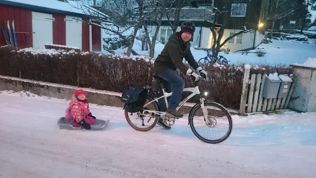 HELÅRSSYKLIST: – Jeg sykler stort sett flere ganger daglig, til jobb, møter eller til butikken, sier trebarnsfar og varaordfører i Nordre Follo kommune, Hans Martin Enger (MDG) fra Sofiemyr. Foto: Privat