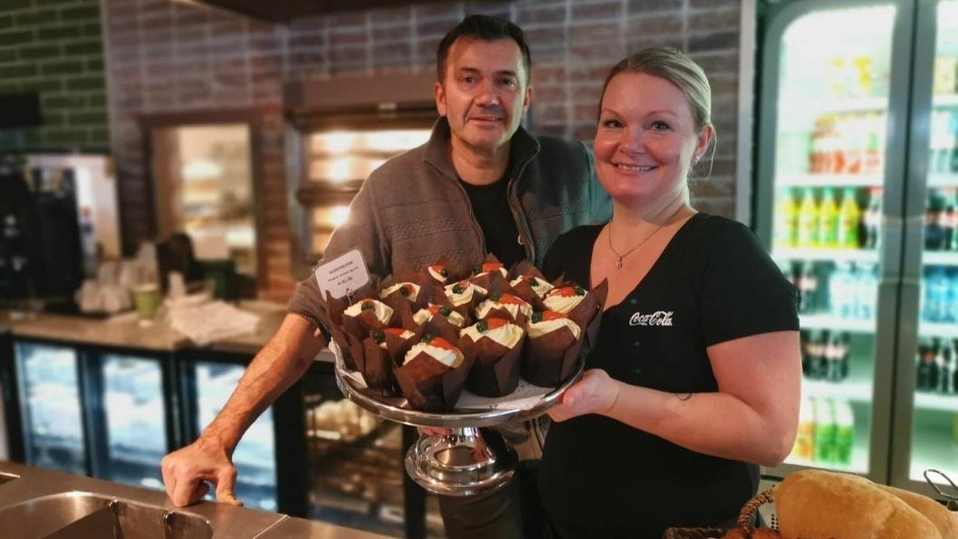FERSK KAFÉ: Eier Tomm Munth med Lene Wiik på åpningsdagen til Piece of Cake på Greverud. Nå venter de på tillatelse til å skjenke øl og vin.