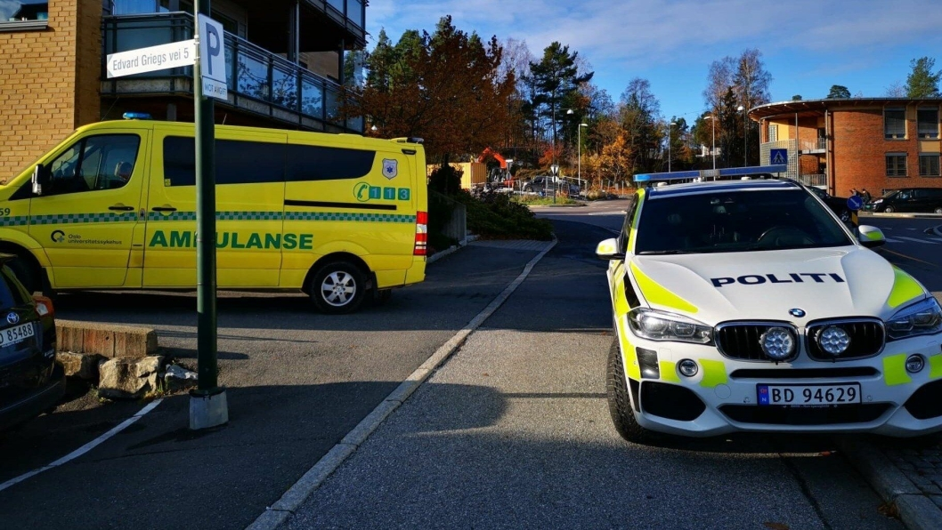 TRAFIKKUHELL: Politiet og ambulanse rykket ut til Kolbotn sentrum da politiet fikk en melding om en bil som kjørte inn i et garasjeanlegg rundt klokken 11:30 mandag 28. oktober.