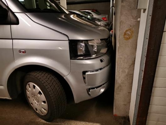 KJØRTE INN I GARASJEVEGG: En grå Caravelle kjørte inn i veggen.