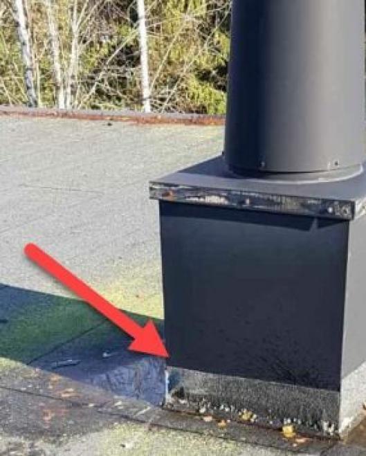 KOMMUNEN FORKLARER: På bildet ser du en takhette med taktekking. Den røde pilen indikerer hvor vannet har kommet inn.