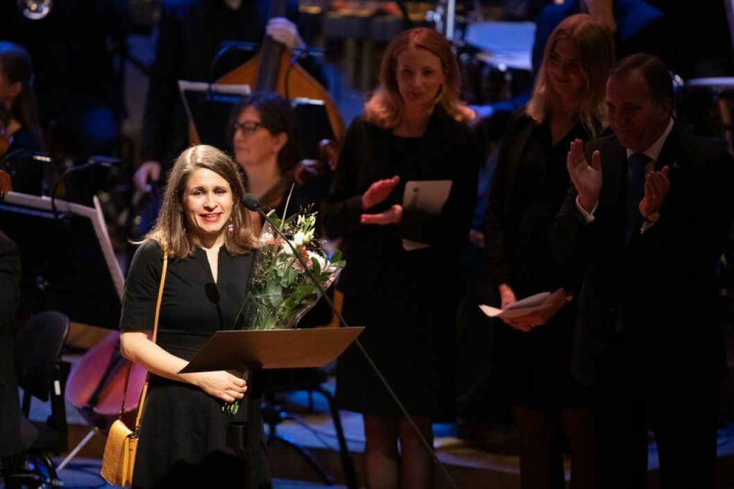 PÅ SCENEN: Kristin Roskifte takker for prisen under utdelingen i Stockholm tirsdag kveld.