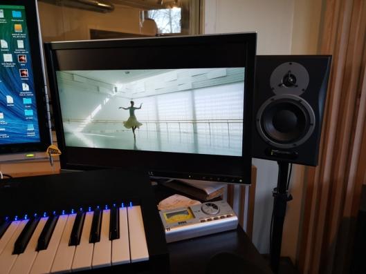 BALLETT OG PIANO: Schow har sammen med en ballettdanser fra Nasjonalballetten laget en nydelig musikkvideo.
