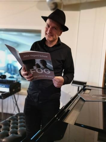 NOTER: John Vegard Schow gir også ut notehefte for de som ønsker å prøve seg på låtene på egenhånd.