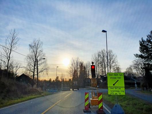 LYSREGULERING OGSÅ I TVERRVEIEN: Frem til fredag 6. desember vil trafikken gå i ett kjørefelt forbi arbeidsområdet i Tverrveien, syd for innkjøringen til Rognebærlia.