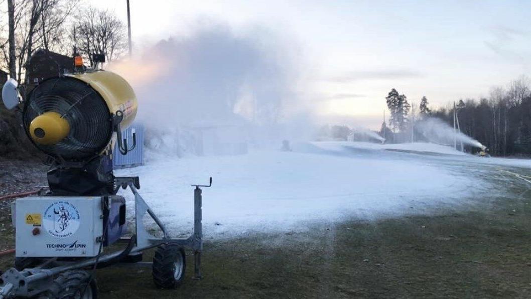 HER KOMMER VINTER'N: Den kalde, fine tida er her. Nå går snøkanonene for fullt på Greverud,.