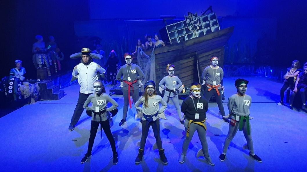 NINJAHAIER: På havbunnen vil du blant annet møte blekksprutingeniører, seler, kråkeboller, politimester Haifinn Krok med sine politihaier, og havfruen Ariel selvsagt.
