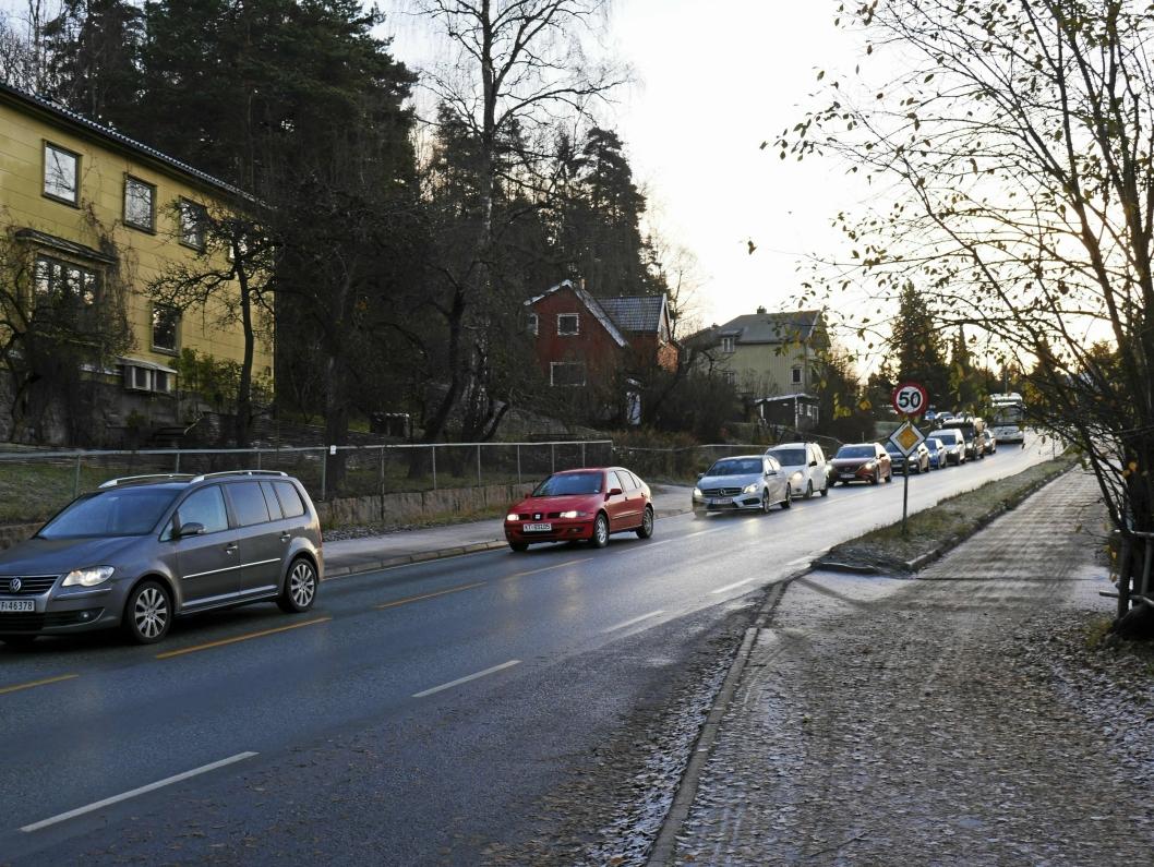 TETT I TETT I RUSHEN: Sønsterudveien, som er en av de mest trafikkerte veiene i Oppegård og blant de mest ulykkesbelastede veiene i Akershus, har i flere år vært en pest og en plage for bilister, særlig i rushtiden. Gjennomfartsåren binder sammen E18 og E6 i Oppegård, og brukes mye av pendlere i bil i tillegg til mange som velger buss som transportmiddel.