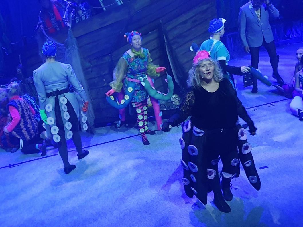 LA DET SWINGE, LA DET KRÅKEBOLLE: Nok en gang har OPAL imponert med de flotte kostymene. Her kan du se Ann-Kristin Janne Bauer Zupfer i rollen som Ursula.