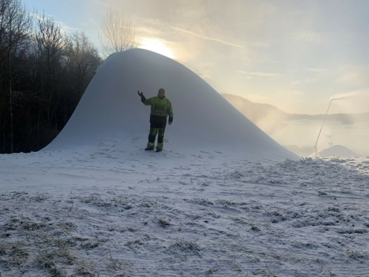 ÅRETS FØRSTE: Nå lages det snø i Ingierkollen.