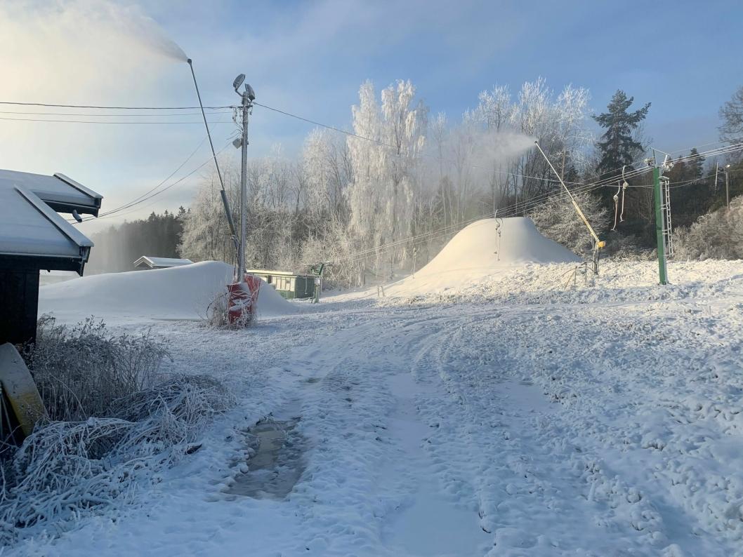 """VAKRE VINTERBILDER: Selv om det ikke har kommet """"ekte"""" snø ennå, er det full vinter i Ingierkollen."""
