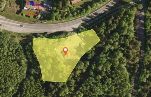 NESTEN SEKS MÅL I AREAL: Den aktuelle eiendommen, som ligger med avkjøring fra Tverrveien, eies av kommunen og er på 5,8 mål i areal, ifølge Kartverket.