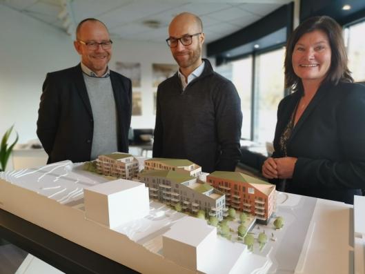 NYTT I SENTRUM: Carl Henrik Graff prosjektansvarlig hos Stor-Oslo Eiendom (i midten), Tonje Adolphson og Bjørn Skar i DNB Eiendom viser stolt frem prosjektet.