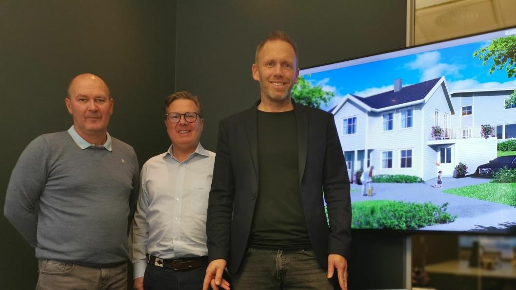 JUBILEUM: Prosjektet på skjermen i bakgrunnen var det første boligprosjektet til AEKO, i Dalsveien på Kolbotn. Økonomi og administrasjonssjef Espen Andreassen (f.v.), Andreas Wilsgård, daglig leder i AEKO Eiendomsutvikling, og daglig leder i AEKO-gruppen Arne Erik Rønningen, har i dag mange prosjekter på tapetet.
