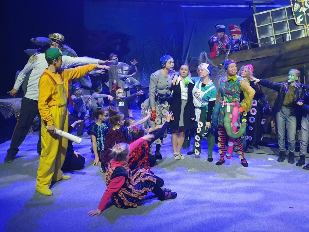 FARGERIKT OG FLOTT: Du kan glede deg til en flott forestilling med mye musikk, dans og sang.