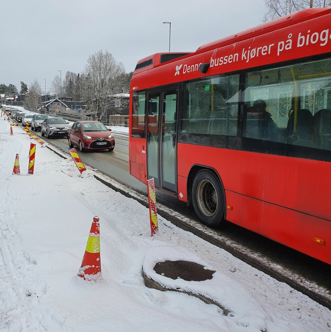 EN BUSSPASSASJER = LANG BILKØ: Slik så situasjonen ut klokken 13:30 lørdag 9. november da 87-bussen stoppet midt i kjørefeltet ved bussholdeplassen ved Kolbotn kirke.
