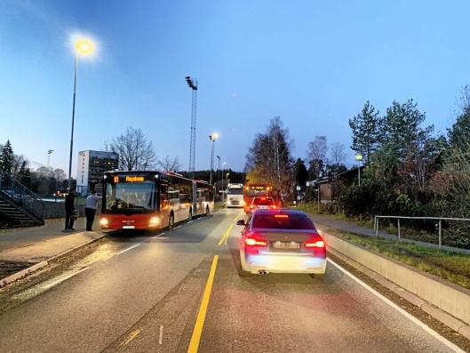 MANGE FORBIKJØRINGER: Holdeplassen ved klubbhuset i Kongeveien har en busslomme på den ene siden og en kanstopp på den andre siden (Oslo-retning).