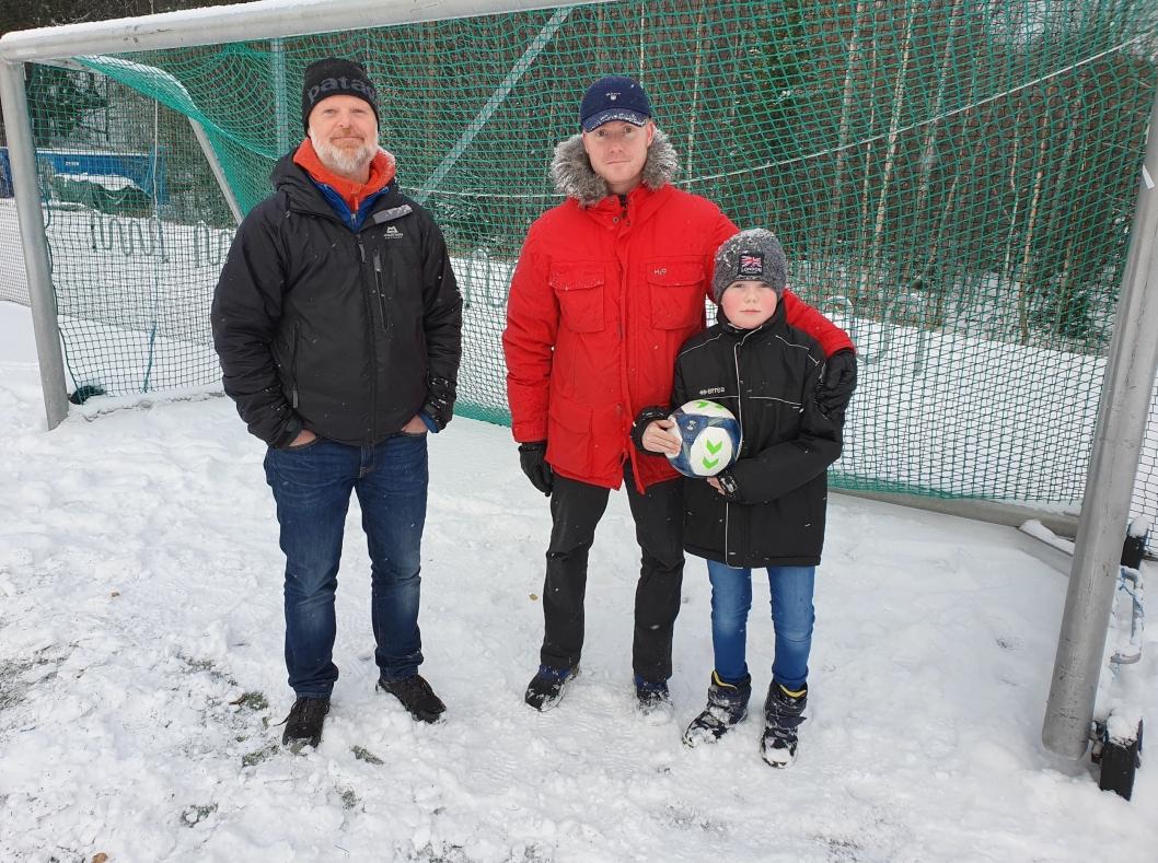 TRENERPAPPAER: Trenerne Stein Erik Lid (47) fra Sofiemyr og Stein Erik Narvesen (42) fra Tårnåsen er bekymret for hvordan fotballtilbudet skal bli for barna. Barna er også skuffet og lei seg. – Jeg gledet meg mye til å være med på keepertrening i dag, men møtte en stengt bane, sier Konrad Narvesen (10).
