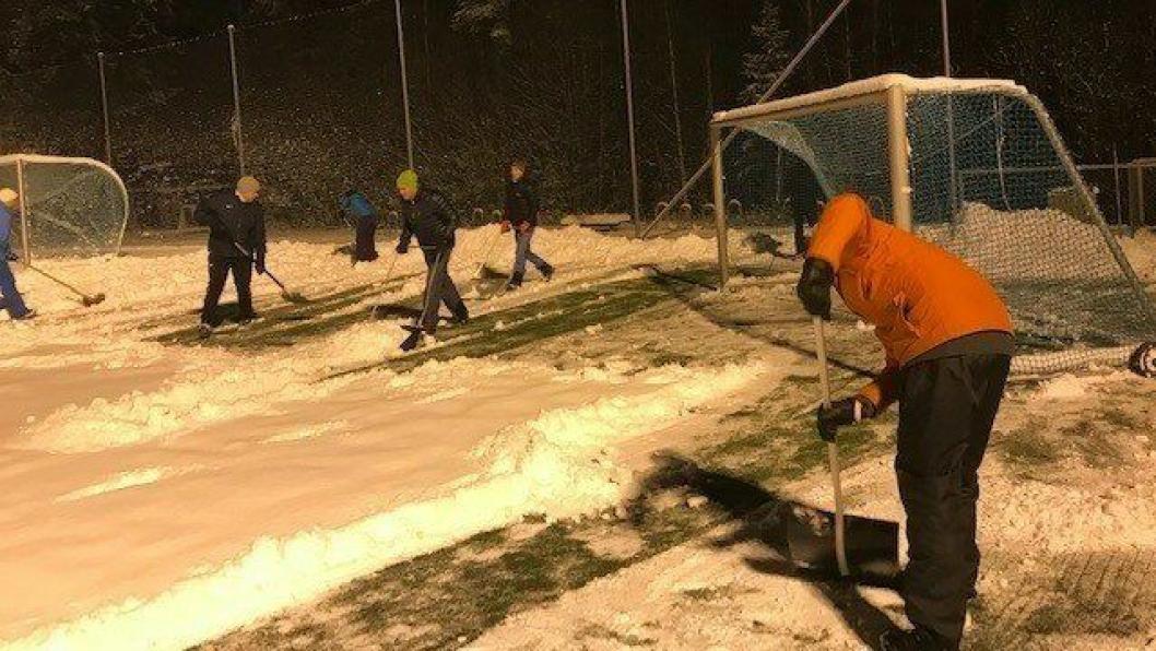 SOFIEMYR KUNSTGRESS: Rundt 30 trenere og foreldre fra Kolbotn og Sofiemyr stilte opp på Sofiemyr kunstgressbane i går kveld. De jobbet i nesten tre timer og fikk måkt halve banen.