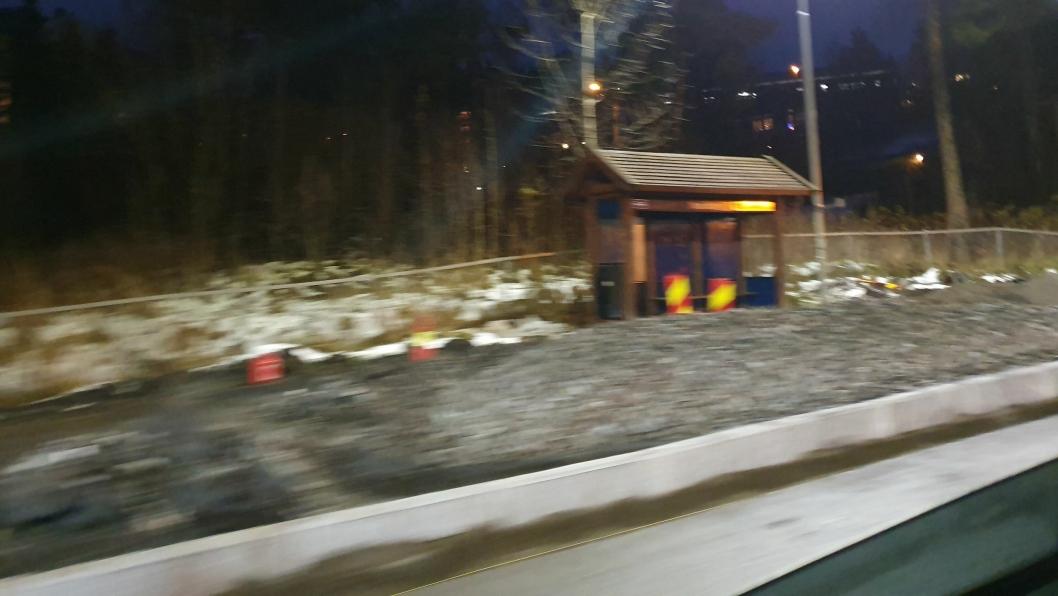 FØRSTE BUSSLOMME FJERNET: Den aller første kantstoppen for buss ble montert sør før rundkjøringen Skiveien/Sønsterudveien torsdag 14. november.